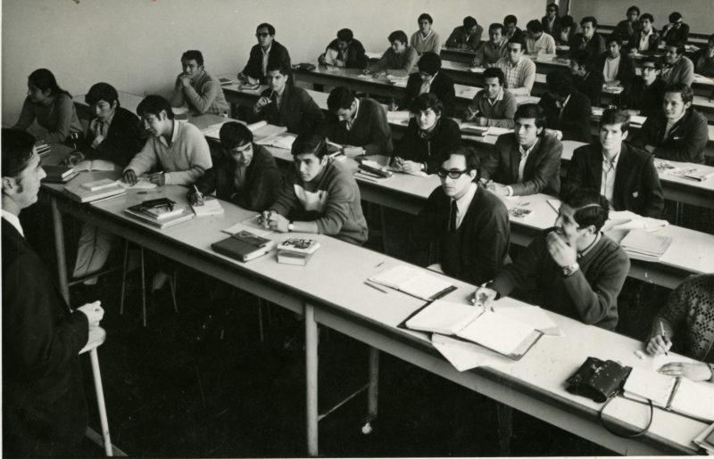 Dictado de clases en una de las aulas de la Facultad de Ingeniería a comienzos de los años setenta. En el lado izquierdo de la imagen se aprecia a la única alumna del aula. Foto: Archivo PUCP.